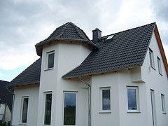 Einfamilienhaus mit Turm, Dachdeckung mit Taunuspfanne in Granit